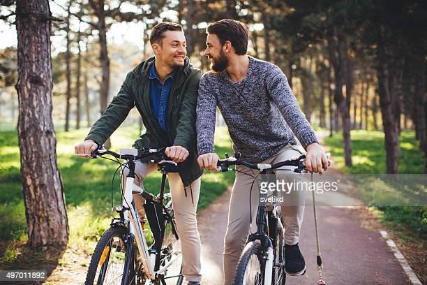 Schönen Tag zu reiten Fahrrad in der Natur