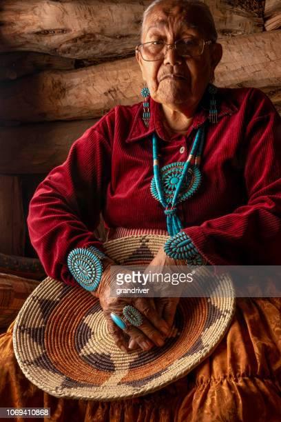 schöne achtzig jahre alte senior indianische navajo frau posiert in einem authentischen hogan - nordamerika stock-fotos und bilder