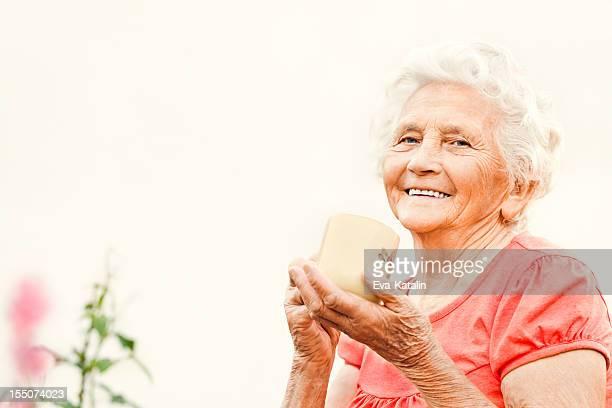 Schöne Ältere Dame trinken Tee