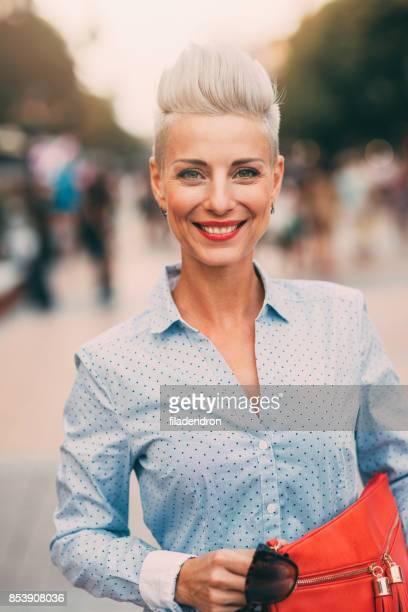 Schöne elegante mittlere gealterte Frau