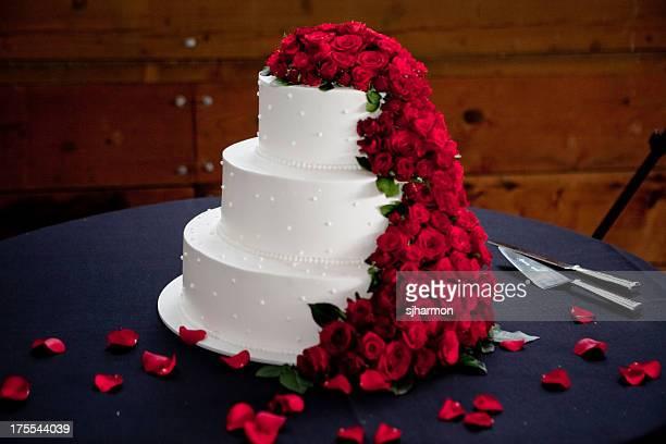 bella elegante decorazione floreale bianco torta nuziale presso la reception - cerimonia foto e immagini stock