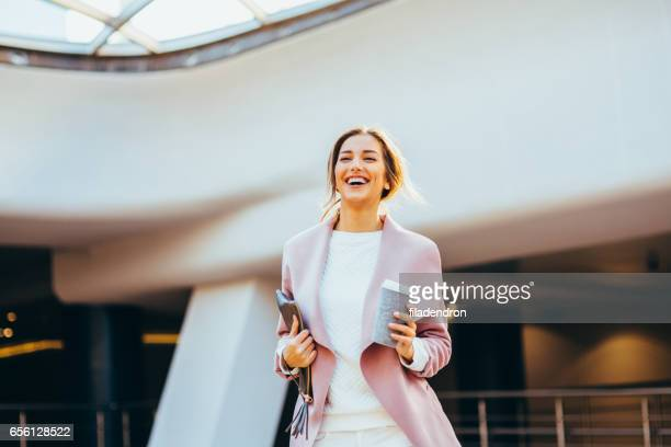 コーヒーを飲みながら美しいエレガントな女性 - よそいきの服 ストックフォトと画像