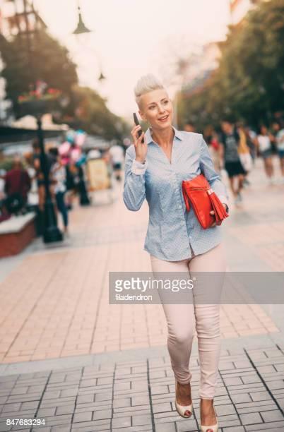 linda mulher elegante falar ao telefone ao ar livre - trabalhadora de colarinho branco - fotografias e filmes do acervo