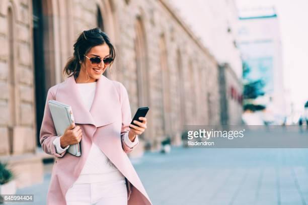 テキスト メッセージ屋外で美しいエレガントな女性