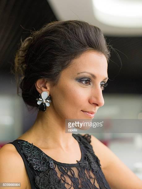 Belle femme élégante, à la recherche de l'hôtel