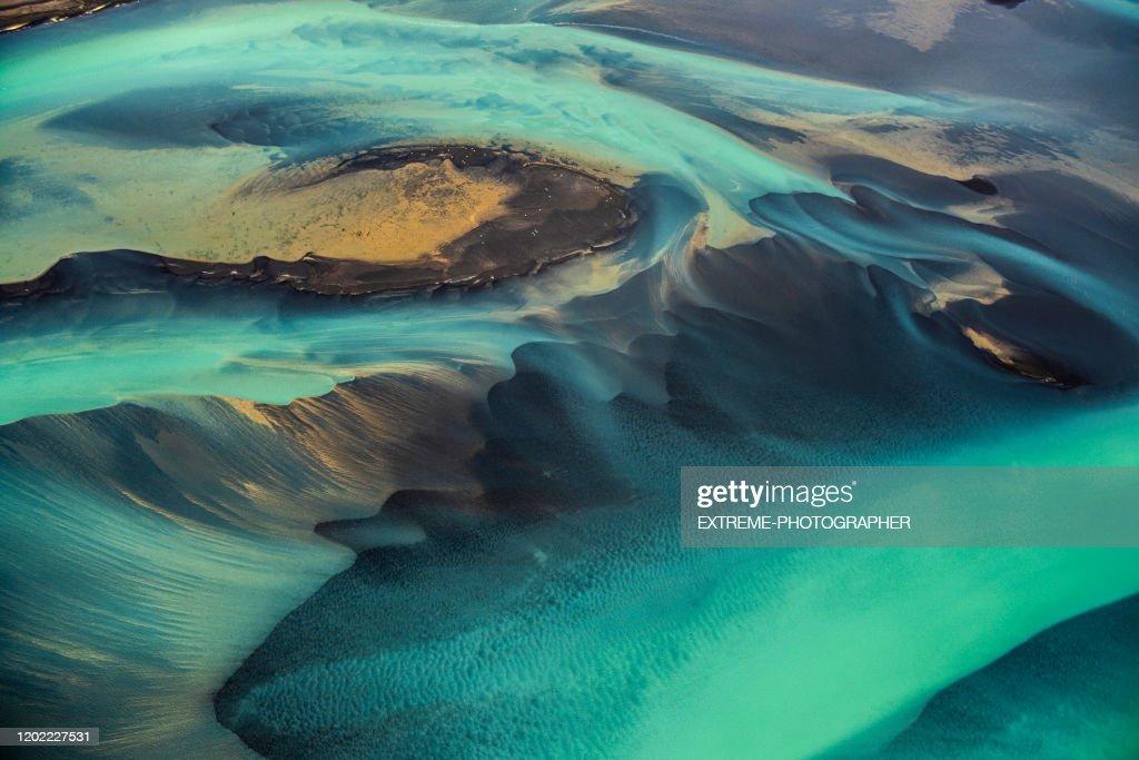 Schöne smaragdfarbene Gletscherflüsse Islands, aufgenommen von einem Hubschrauber : Stock-Foto