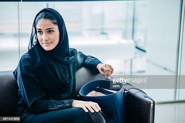 Hermosa mujer Emirati en la sala de estar