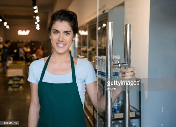 Ein Bio-Markt öffnen der Tür begrüßen Kunden schöne Mitarbeiter