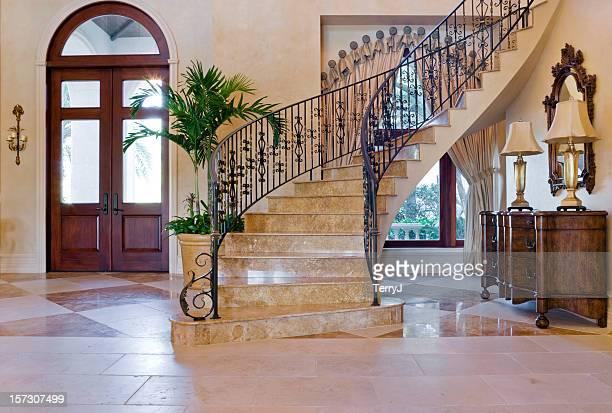 bellissimo ingresso con scala in ferro battuto personalizzati in estate casa - ferro foto e immagini stock