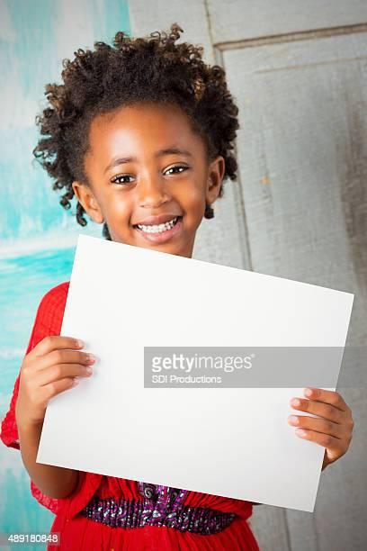 Wunderschöne Äthiopischer Kind Lächeln während holding leere Schild