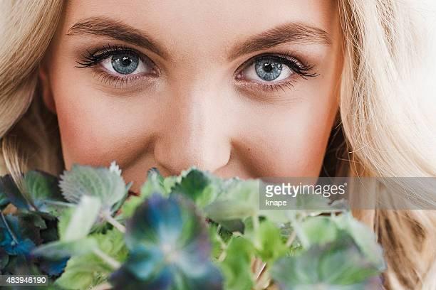 美しい目元と花