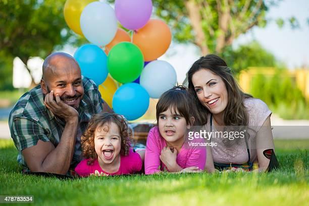 Schöne Familie Picknick spielen mit Ballons