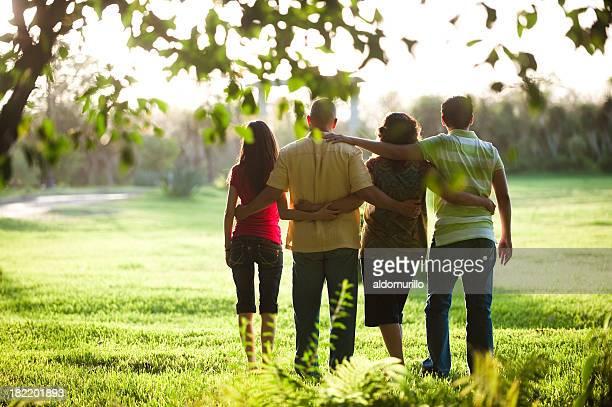 Hermosa familia en la naturaleza
