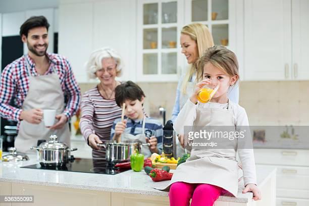 Hermosa familia preparando la comida en la cocina saludable