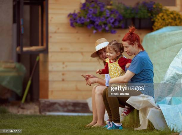 vacker familj sitter i trädgården, kvinnor bara - aunt bildbanksfoton och bilder