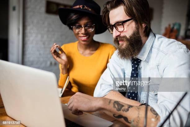 Mannequins belle revue photoshoot sur ordinateur portable