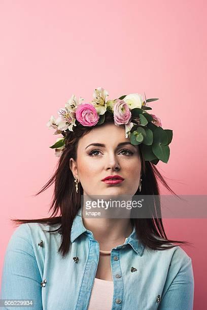 moda bela adolescente menina com coroa de flores - coroa enfeite para cabeça - fotografias e filmes do acervo