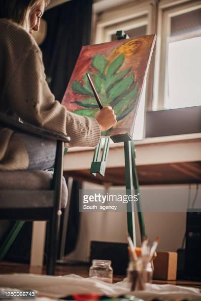 schöne künstlerin malerei - staffelei stock-fotos und bilder