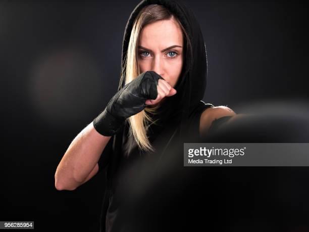 Chasseurs de belle femelle boxer poinçonnage et regardant la caméra