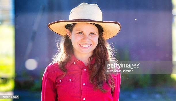 Schöne weibliche ranch Mitarbeiter beleuchtet vom Sonnenuntergang