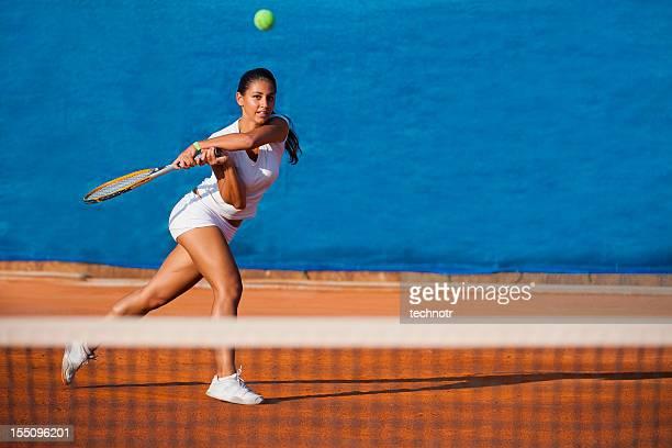 Joueuse de tennis Belle femme sur le fond bleu