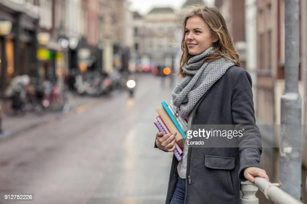 Schöne weibliche Universität studiert im Freien im Stadtzentrum von delft