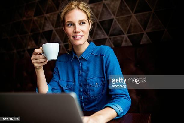 Linda mulher a trabalhar no computador portátil