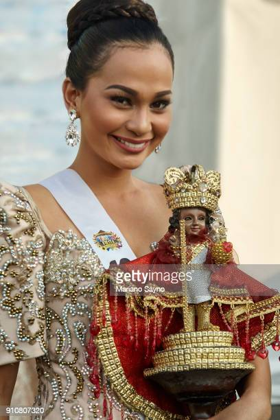 beautiful filipina wearing festival costume while holding a saint - região da capital - fotografias e filmes do acervo