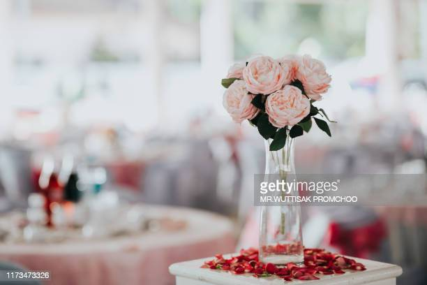 beautiful flower vase. - purple roses bouquet ストックフォトと画像