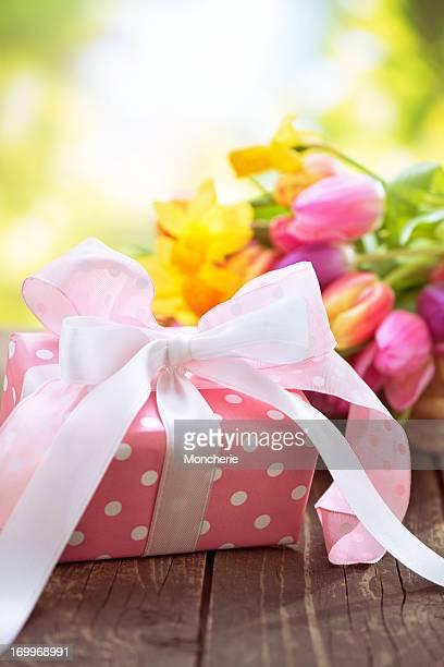 Schönen frischen Blumenstrauß mit einem Geschenk-box