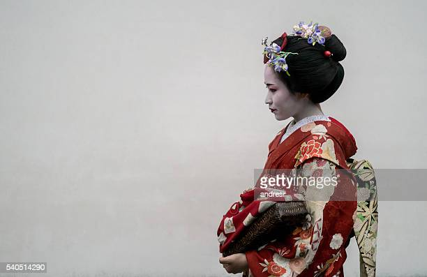 beautiful geisha wearing a kimono - geisha photos et images de collection