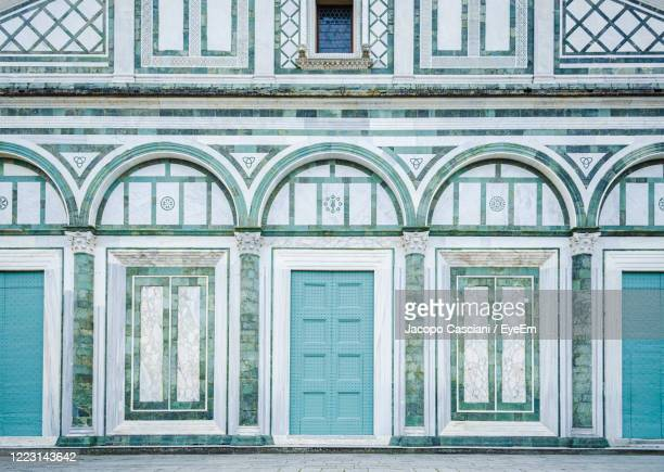 beautiful geometric classical style of san miniato church white and green marble facade in florence - san miniato stock pictures, royalty-free photos & images