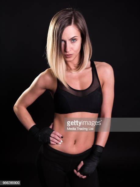 Belle jeune fille un modèle de remise en forme avec les mains bandés posant et en regardant la caméra