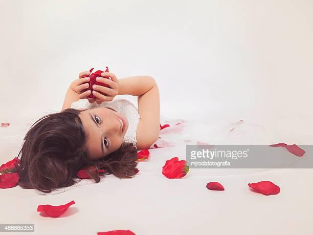 beautiful girl among roses - mjrodafotografia fotografías e imágenes de stock