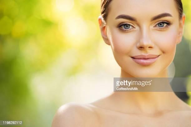 beautiful girl at the park - cosmética imagens e fotografias de stock