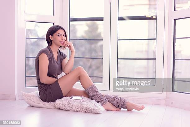 美しい少女のウィンドウ - レッグウォーマー ストックフォトと画像
