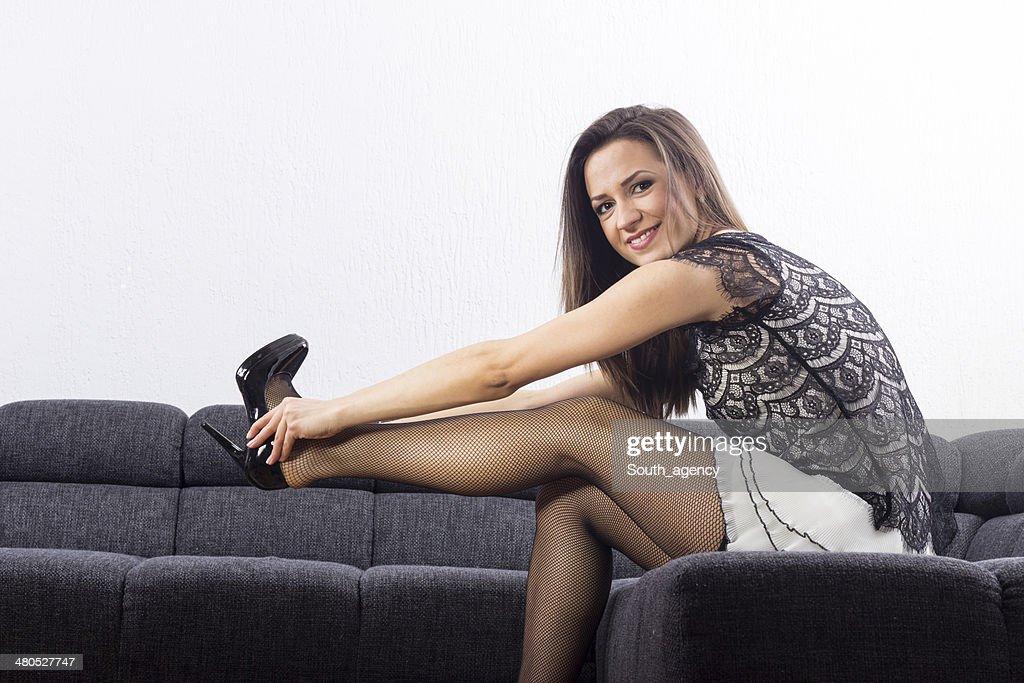 Schöne Mädchen wählt Schuhe im Zimmer : Stock-Foto