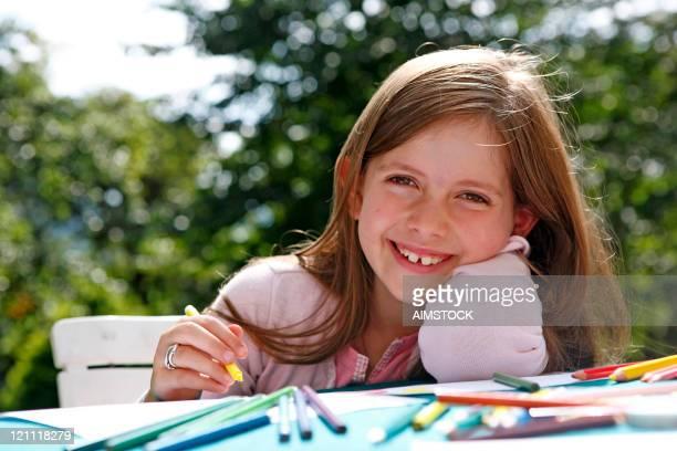 Belle fille à faire leurs devoirs à l'extérieur
