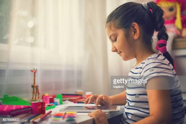 Schöne Mädchen Hausaufgaben