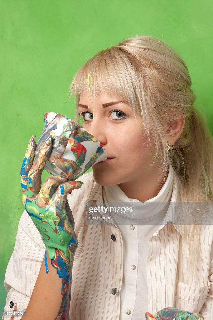 Hermosa Chica beber una copa de manchar : Foto de stock