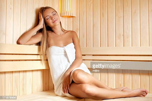 Belle femme appréciant dans le sauna