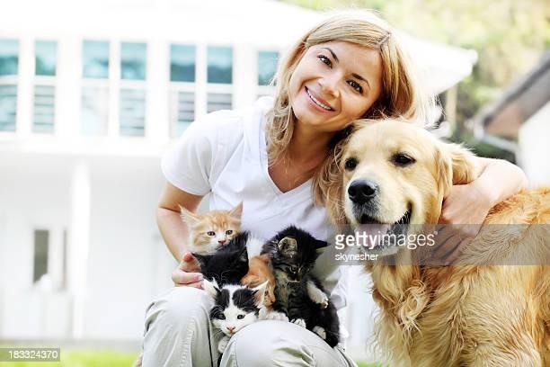 Belle fille en plein air avec les animaux de compagnie.
