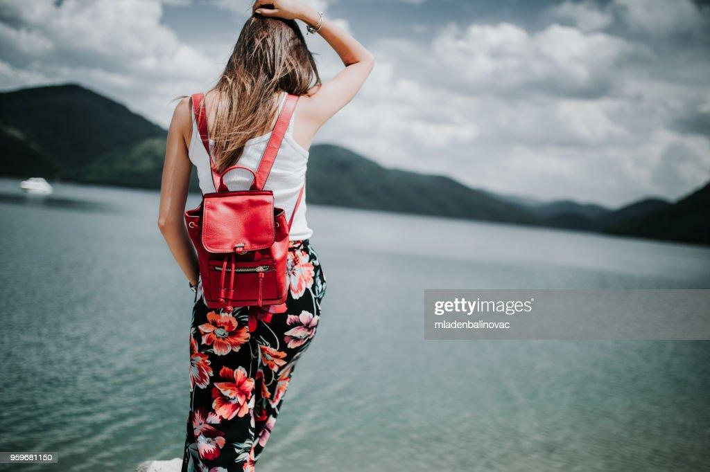 Schöne Mädchen genießt am See. : Stock-Foto