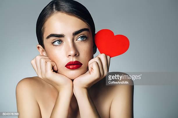 bella ragazza con cuore artificiale - san valentino foto e immagini stock