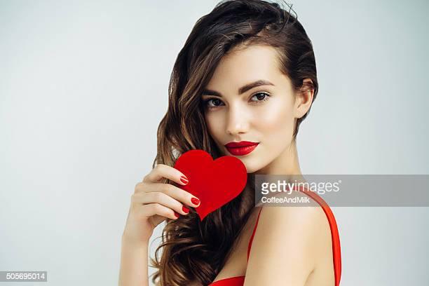 Linda menina segurando Coração artificial
