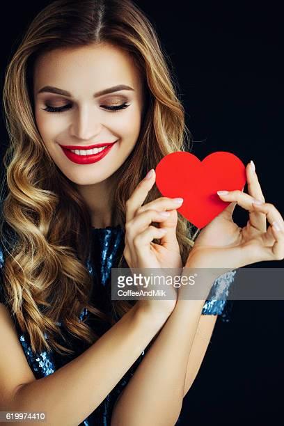 Schönes Mädchen holding Künstliches Herz