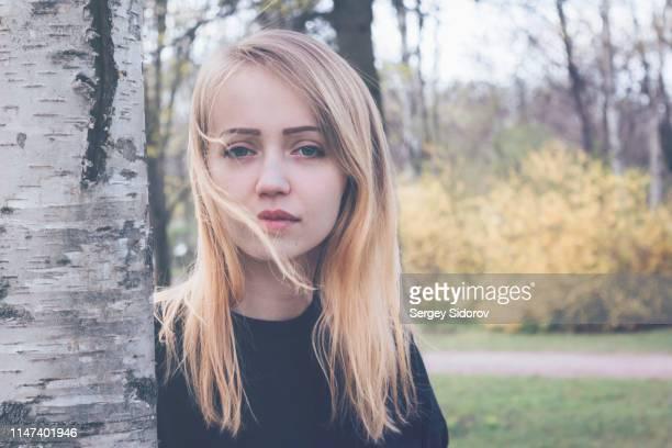 schönes mädchen in einem blühenden garten - weiblichkeit stock-fotos und bilder