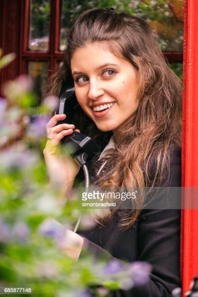 Mooi meisje In een telefooncel Londen