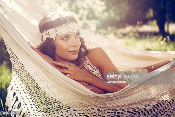 Schöne Mädchen in Bohème-fashion-Stirnband im Sommer-Hängematte
