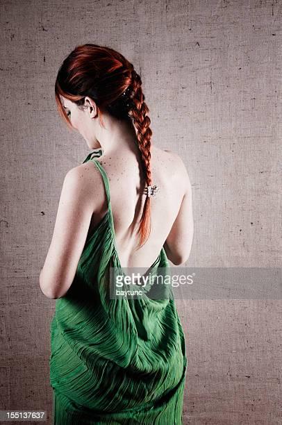 Schöne Mädchen im grünen Kleid